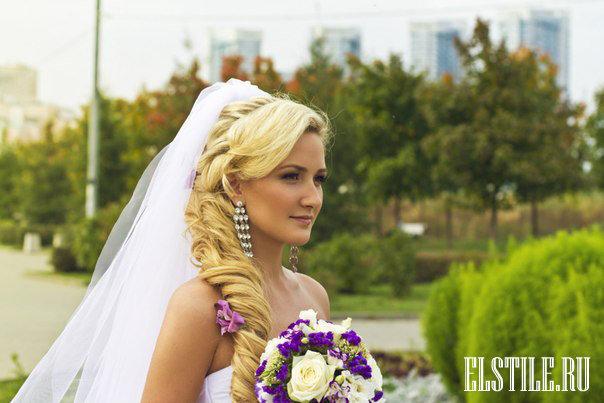 Свадебная прическа с длинной косой и фатой